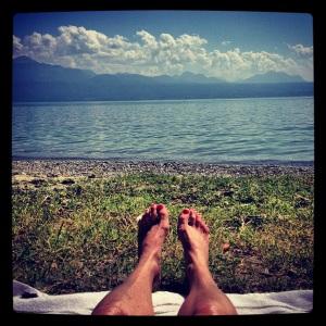 Naked feet at Lac Léman